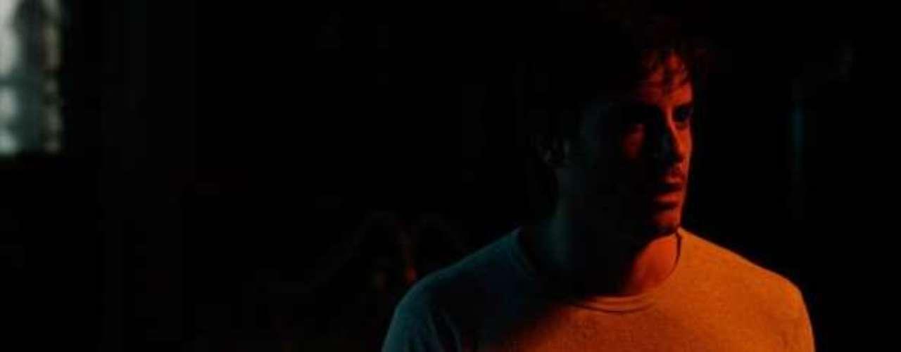 Já na mansão da noiva, Thales (Ricardo Tozzi) escuta o choro deNicole (Marina Ruy Barbosa) vindo de um dos quartos