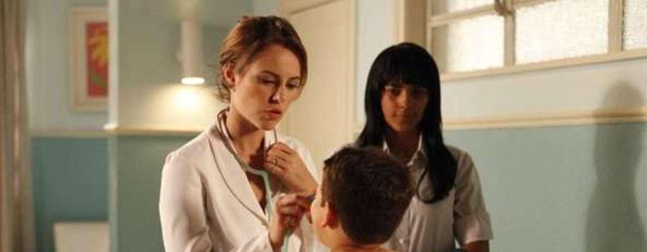 Paloma (Paolla Oliveira) abre uma clínica no bairro em que mora com Bruno (Malvino Salvador)