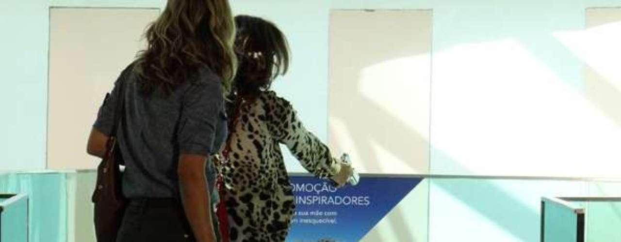 Helô (Giovanna Antonelli) percebe que um homem suspeito está seguindo Érica (Flávia Alessandra) e impede que ele empurre a tenente em uma escada do shopping
