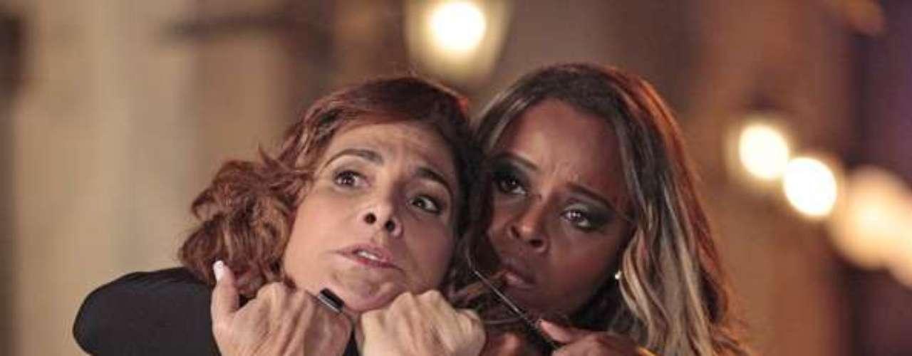 Ao perceber que foi traficada, Vanúbia (Roberta Rodrigues) ameaça Wanda (Totia Meirelles) com uma faca