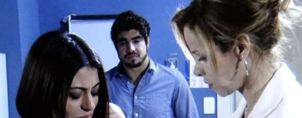 Glauce (Leona Cavalli) tenta acalmar Silvia (Carol Castro) após examiná-la