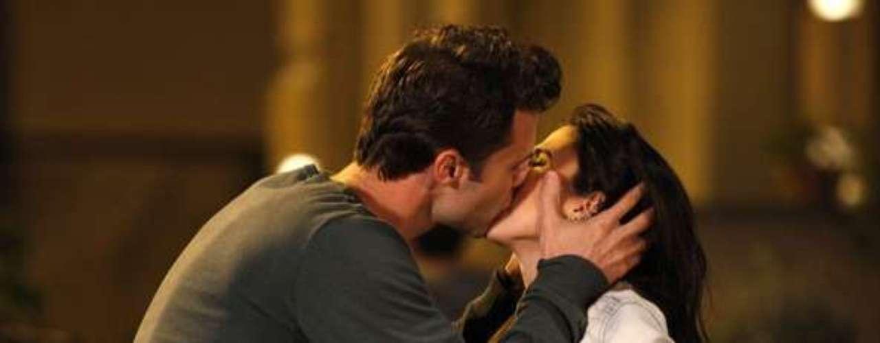 Vanderlei (Marcelo Argenta) reencontra Valdirene (Tatá Werneck), a convida para comer uma pizza e beija a periguete