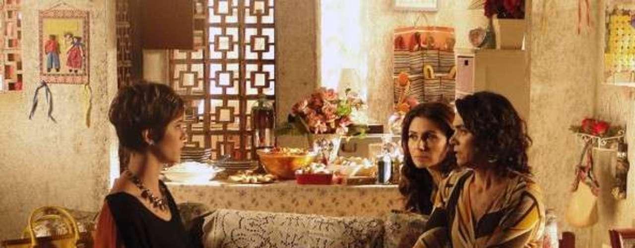 Durante o reencontro com Delzuite (Solange Badim), Aisha (Dani Moreno) se dá conta de que Mustafa (Antonio Calloni) e Berna (Zezé Polessa) a compraram