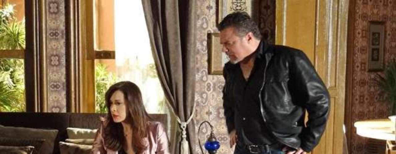 Russo (Adriano Garib) sequer desconfia de Jô (Thammy Miranda) quando vê as imagens que foram gravadas da boate