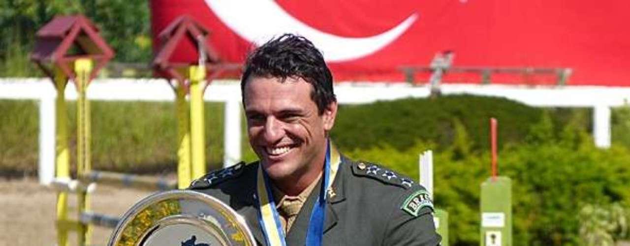 Élcio (Murilo Rosa) é desclassificado por fraude e Théo (Rodrigo Lombardi) vence a prova de hipismo, sob os olhares de Morena (Nanda Costa)