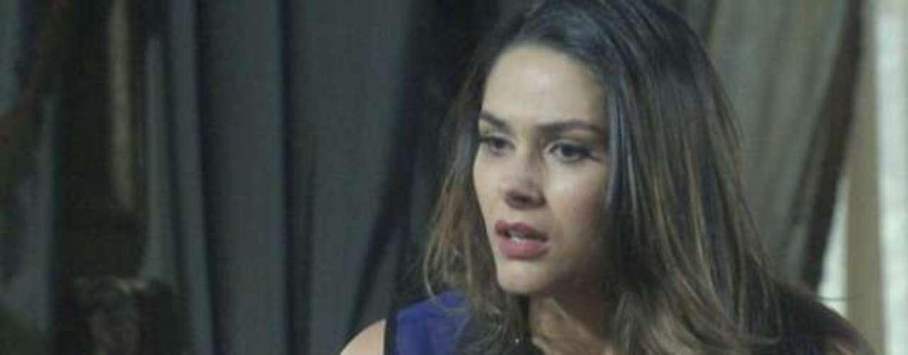 Leila (Fernanda Machado) fica revoltada com o amado e discute com ele por causa do livro escrito