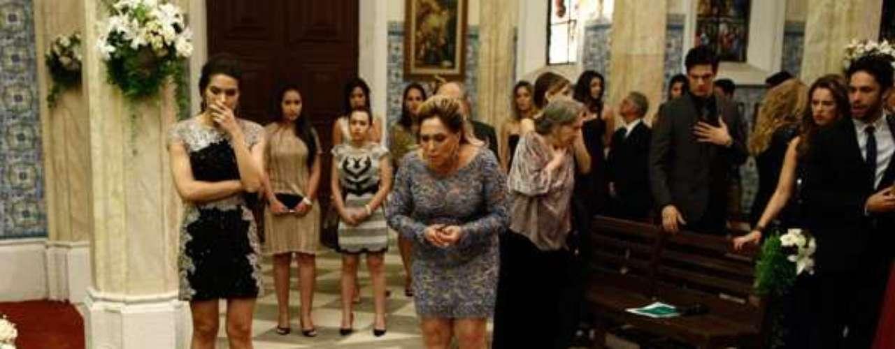 Nicole (Marina Ruy Barbosa) morre no altar após se casar com Thales (Ricardo Tozzi) e descobrir que ele e Leila (Fernanda Machado) são namorados