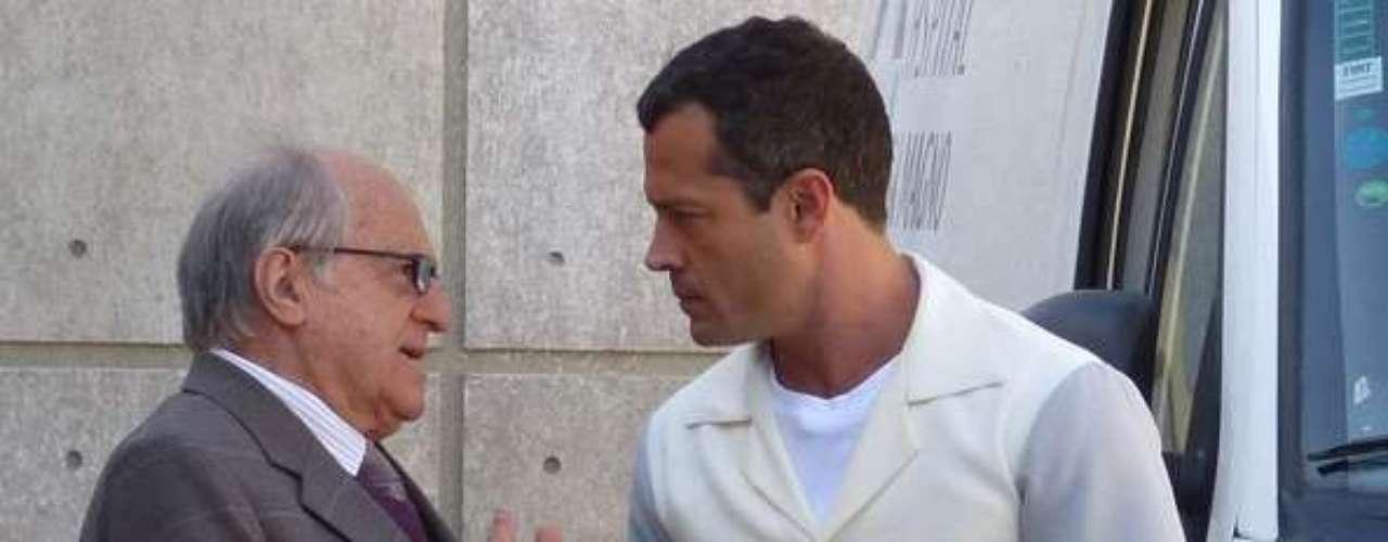 Bruno (Malvino Salvador) recebe ajuda da família e amigos para resgatar Paloma (Paolla Oliveira) da clínica psiquiátrica