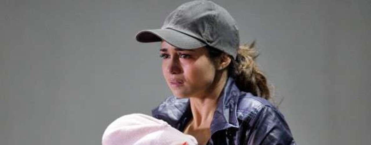 Morena (Nanda Costa) sai do carro com a intenção de proteger a filha. \
