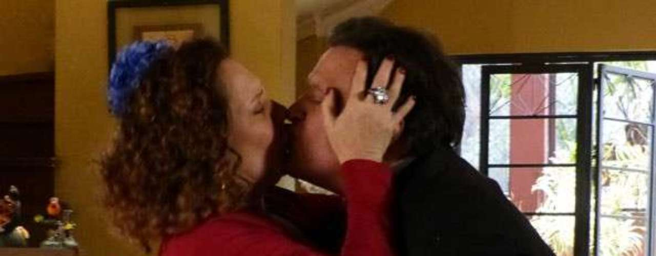 Atílio (Luis Melo) volta para os braços de Márcia (Elizabeth Savalla) e diz: \