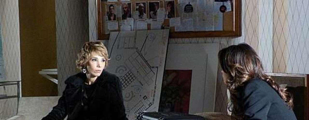 Riva (Rita Elmôr) conta a Morena (Nanda Costa) que estava de olho para que nada acontecesse com ela