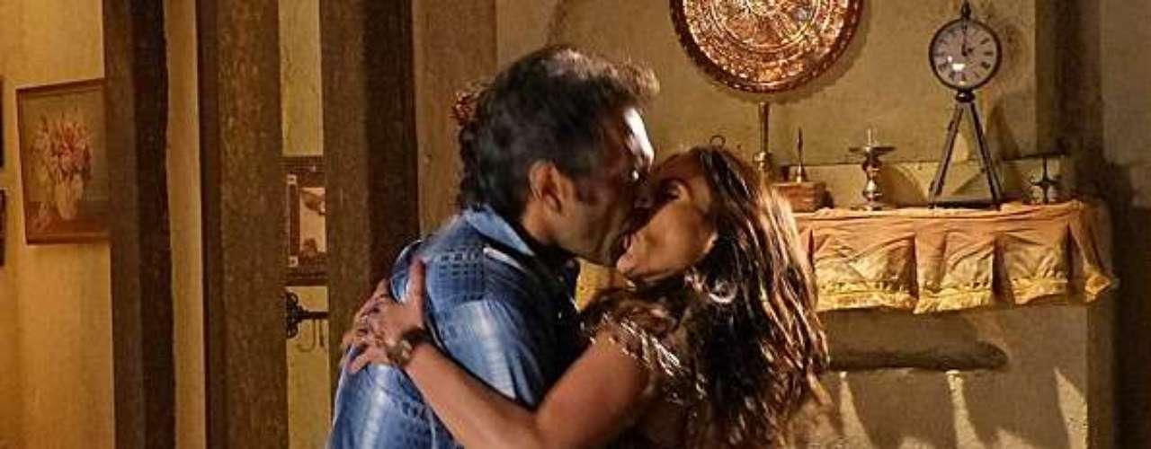 Enquanto Ayla (Tânia Khalill) faz seu número de dança com véus, Zyah (Domingos Montagner) fica passado com a atitude da esposa e tira ela do restaurante à força