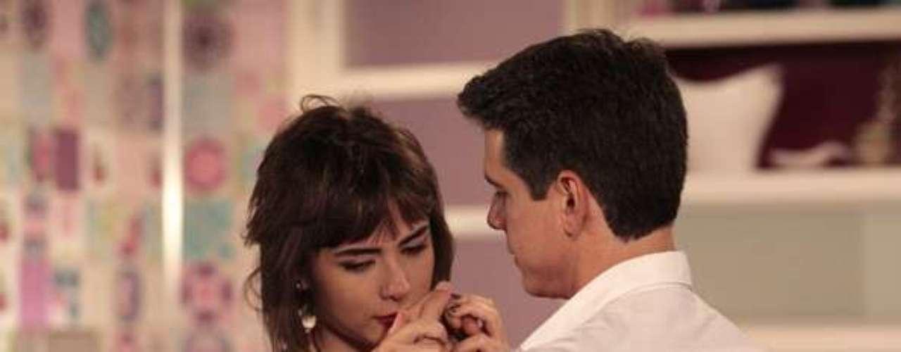 Patrícia (Maria Casadevall) se entrega ao ex-marido, Guto (Márcio Garcia) para tentar esquecer Michel (Caio Castro)
