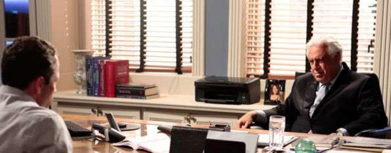 César (Antonio Fagundes) tenta confirmar que Félix (Mateus Solano) raptou Paulinha (Klara Castanho)