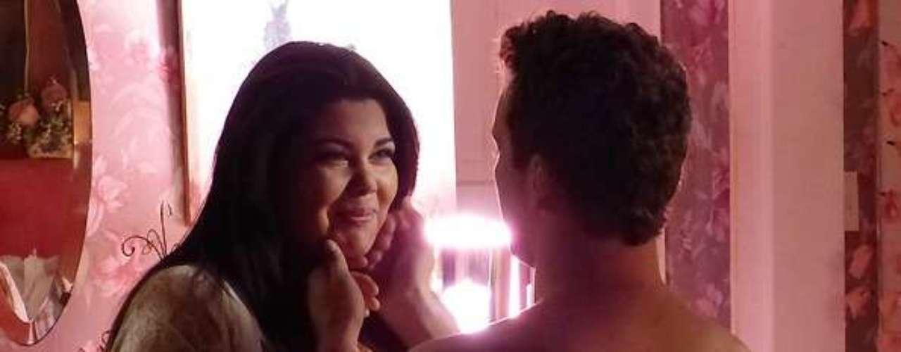 Perséfone (Fabiana Karla) ficará emocionada com o carinho de Daniel (Rodrigo Andrade) durante a primeira noite de amor dela
