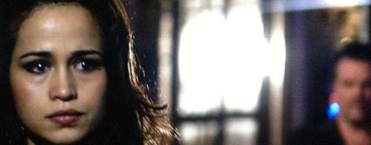 Russo (Adriano Garib) ameaça Morena (Nanda Costa) e quer saber se ela esconde uma escuta, mas a jovem desconversa e ten fugir
