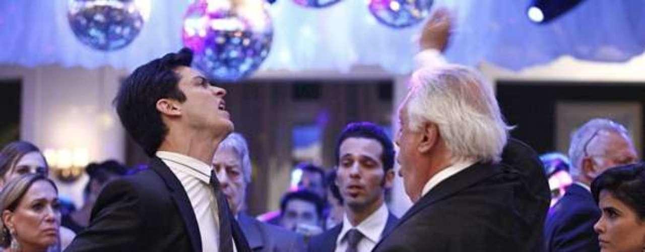 César (Antonio Fagundes) bate em Félix (Mateus Solano) durante o casamento de Paloma (Paolla Oliveira)