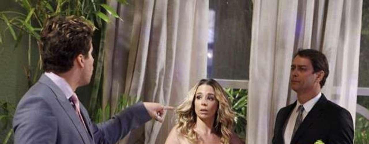 Niko (Thiago Fragoso) se irrita por não poder ficar próximo de seu parceiro no casamento de Bruno (Malvino Salvador) e Paloma (Paolla Oliveira)