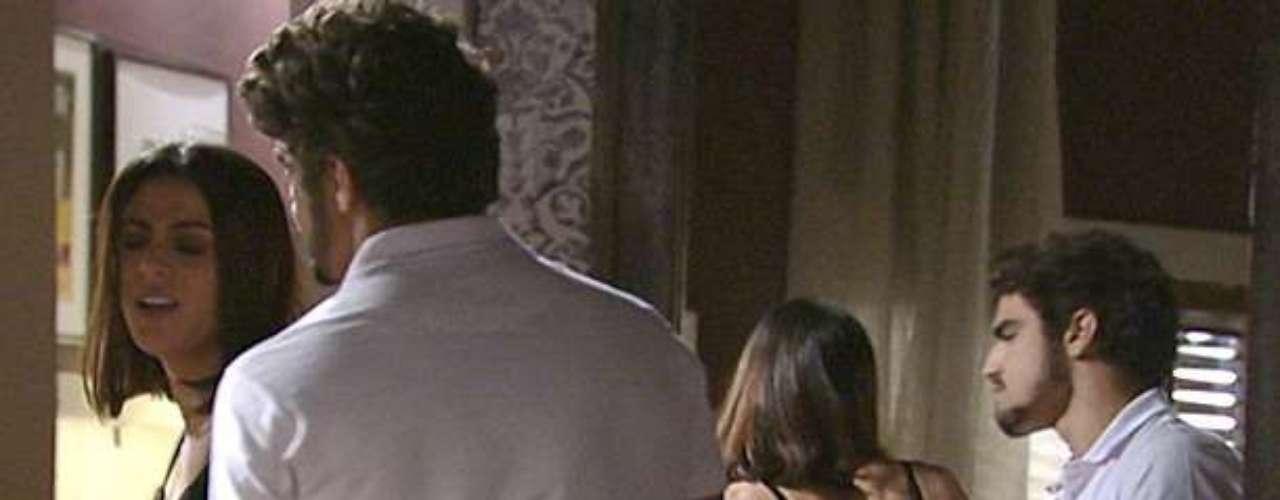 Michel (Caio Castro) tenta seduzir Silvia (Carol Castro), mas ela diz que está muito cansada do trabalho
