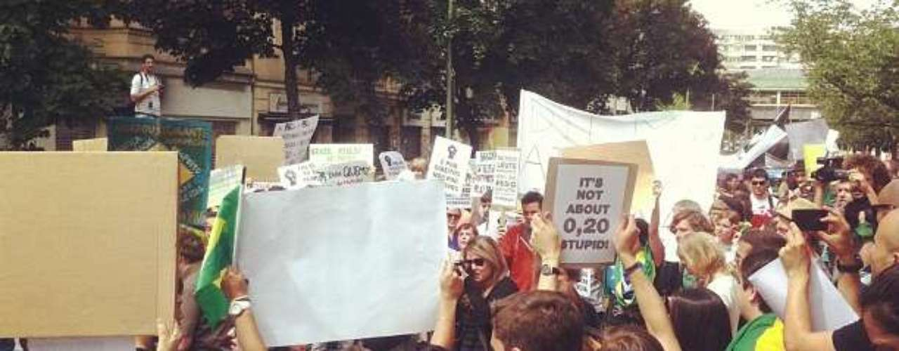 16 de junho -Em Berlim, centenas de brasileiros se reuniram neste domingo para apoiar as manifestações contra o aumento das passagens de ônibus no Brasil