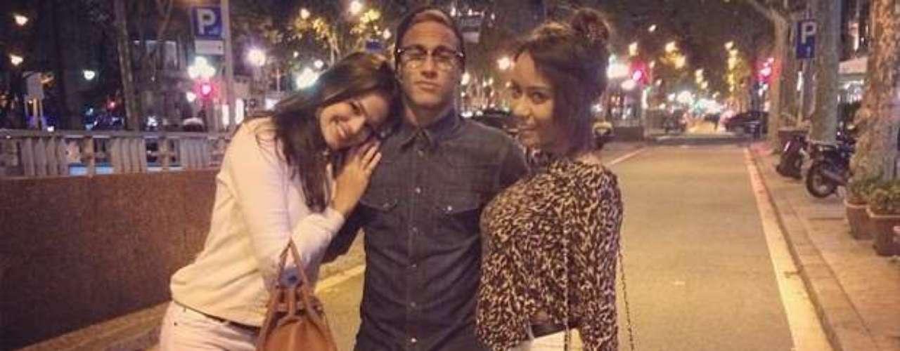 Neymar passeou pelas ruas de Barcelona, na Espanha, com a namorada, a atriz Bruna Marquezine, e a irmã, Rafaella Santos, em novembro do ano passado