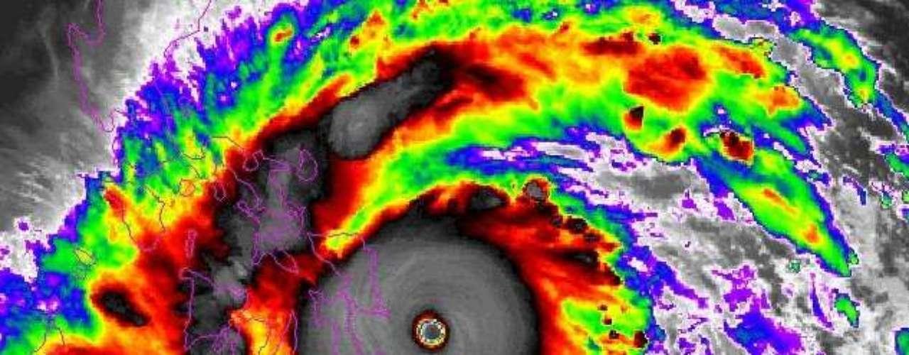 7 de novembro -A tempestade, que avança sem perder força, deve ser uma das mais intensas já resgistradas no planeta