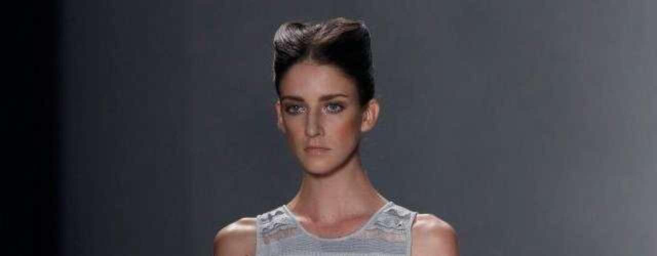 Algumas modelos desfilaram com todo o cabelo preso em um penteado com risca no meio da cabeça