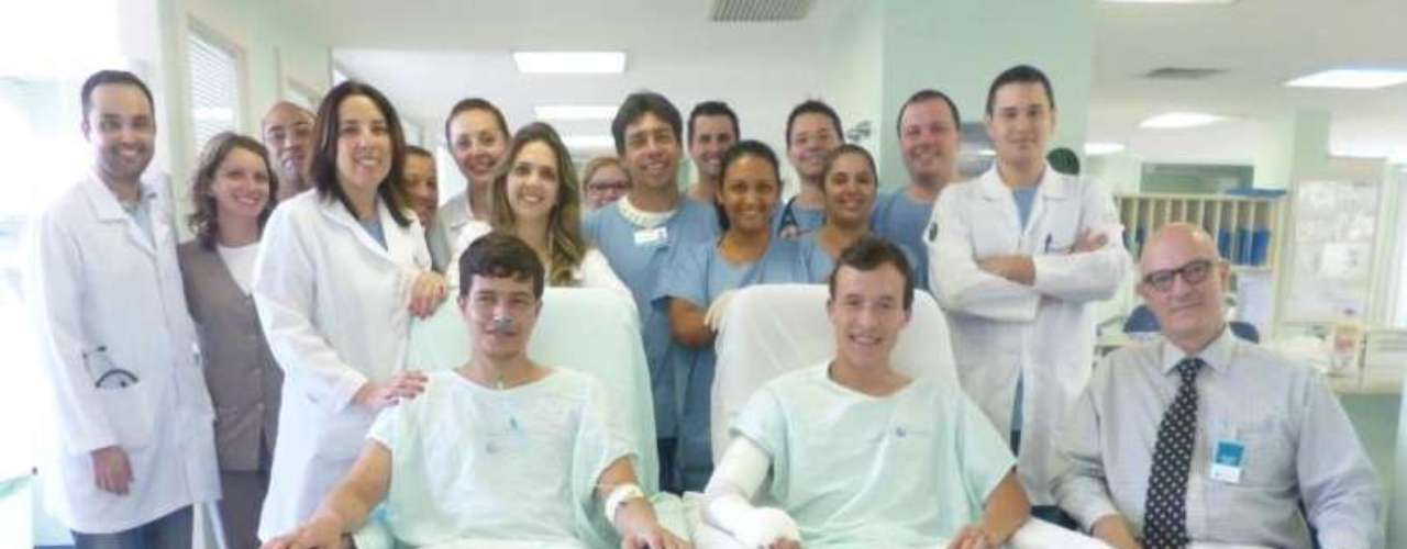 14de fevereiroEmanuel e Guilherme de Almeida Pastl, 19 anos, posam para foto com a equipe médica que os atendeu, no Hospital Universitário Mãe de Deus, em Canoas (RS). Os dois irmãos gêmeos se recuperaram após terem ficado gravemente feridos no incêndio na Boate Kiss, em Santa Maria