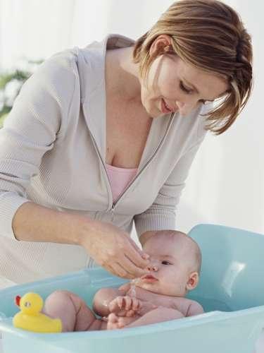 É verdade que fazer massagens no banho ajuda o prepúcio a se descolar? Não. Não existe nenhum estudo que comprove que a massagem funciona nestes casos. Segundo Hossaka, o hábito pode até ser prejudicial para o bebê, lacerar e causar fissuras na região, que cicatrizam com fibrose e agravam o problema