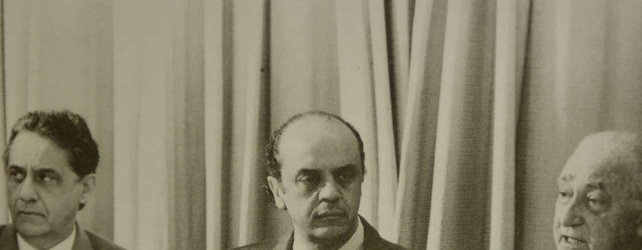 Montoro fala ao lado de José Serra, seu secretário do Planejamento, e Fernando Henrique Cardoso