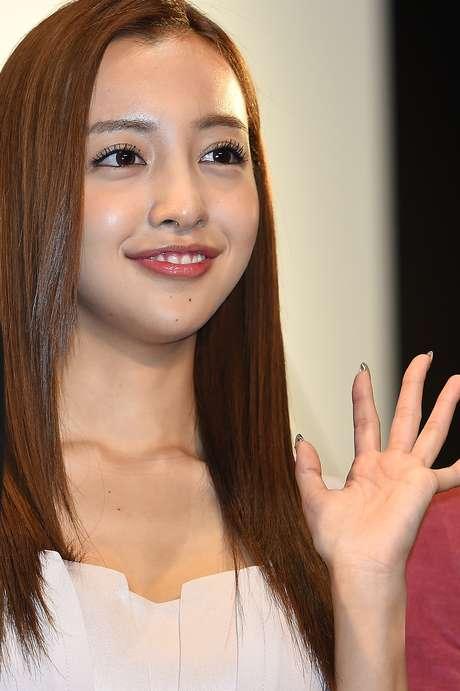 A cantora Tomomi Itano foi uma das primeiras a lançar moda do sorriso desalinhado, inspiração para que mulheres japonesas procurem tratamentos que entortem os dentes Foto: Getty Images