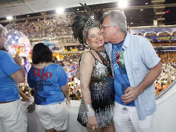 Vera Fischer ganha beijo de Pedro Bial em camarote na Sapucaí Foto: Fernando Azevedo / Divulgação