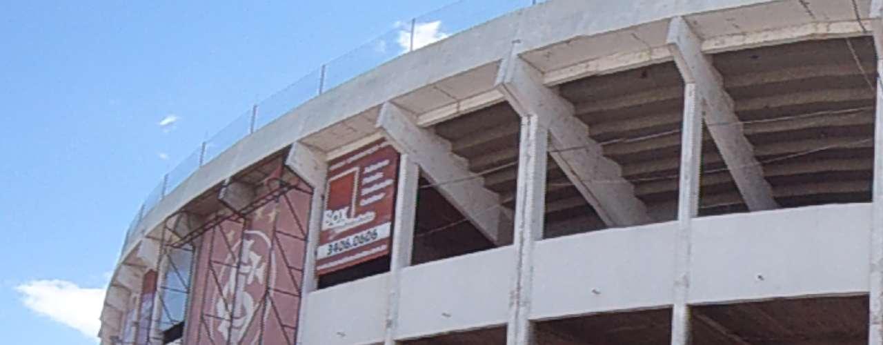 23 de novembro de 2012: a fachada do estádio segue em reforma