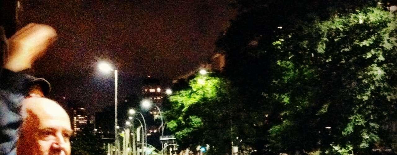 17 de junho - Homem se solidariza com manifestantes que percorreram a avenida Brigadeiro Faria Lima nesta segunda-feira