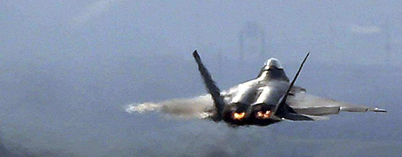3 de abril -Caça F-22 Raptor da Força Aérea americana decola na base aérea americana de Osan para exercício militar, em Pyeongtaek
