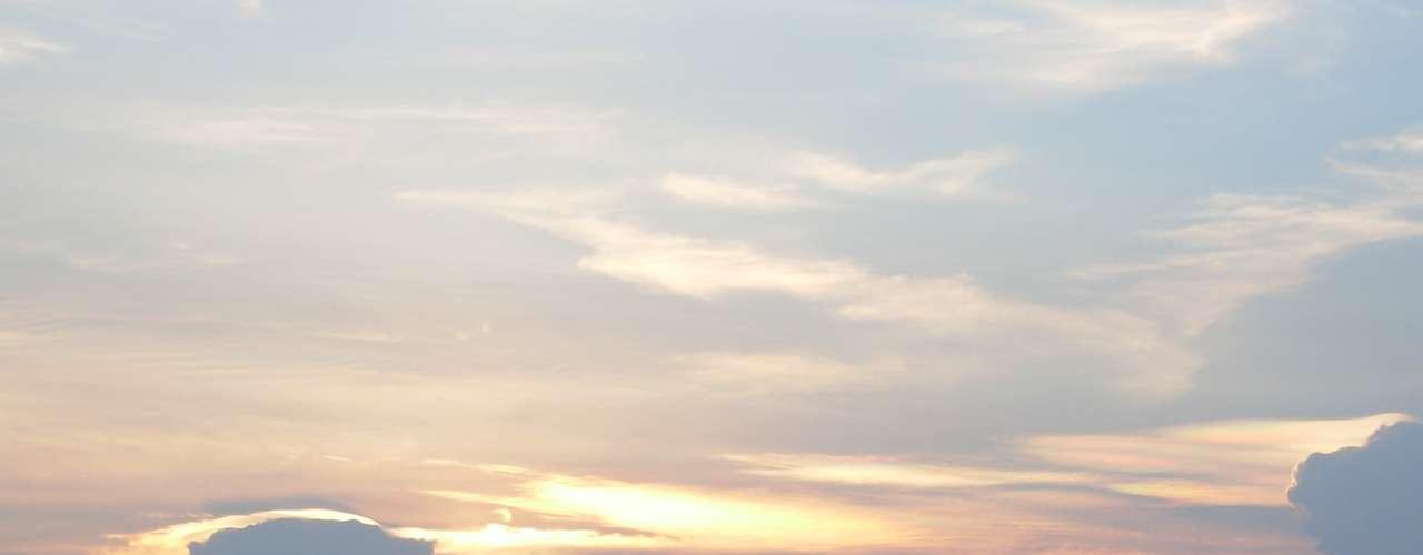 25 de dezembro-Internauta registra entardecer próximo ao aeroporto de Congonhas, após um dia de muito calor em São Paulo