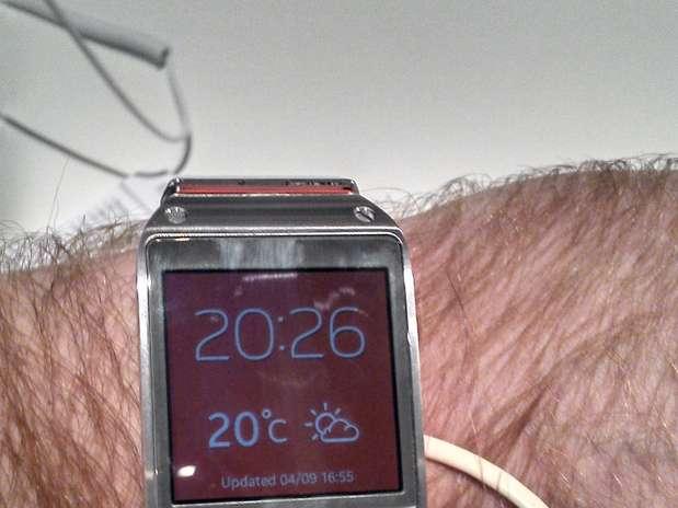 http://p2.trrsf.com/image/fget/cf/67/51/images.terra.com/2013/09/04/0-samsung-ifa-pulso-galaxy-gear-relogio-inteligente-smartwatch-ismael-cardoso-terra.jpg