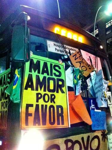 17 de junho - Cartazes coloriram ônibus na avenida Brigadeiro Faria Lima