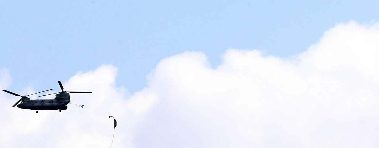 12 de abril - Membros da força especial de paraquedistas da Coreia do Sul pulam de um helicóptero CH-47 durante exercício militar em Gwangju