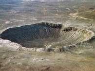 6) O asteroide que formou a cratera mais bem preservada - Arizona (EUA)  A Cratera de Barringer, também conhecida como Cratera do Meteoro, data de 50 mil anos atrás, e está localizada ao norte do Arizona, EUA. Cientistas acreditam que ela tenha sido formada por um meteorito de aproximadamente 50 metros, que atingiu a Terra em uma velocidade de 45 mil km/h e produziu uma explosão de 10 megatons. A cratera possui 1,2 quilômetros de diâmetro e 200 metros de profundidade. A cratera de impacto de tamanho considerável mais recente, e mais bem preservada, é a Cratera de Barringer, relata Daniela. Foto: Divulgação