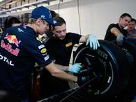 Vettel examina los neumticos Pirelli Foto: 
