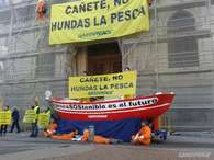 Activistas de Greenpeace frente a la puerta del Ministerio Foto: Greenpeace