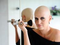 Ex-modelo lança livro para beleza durante quimio: 'tinha medo de ficar feia'