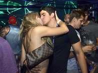 Enzo Celulari aproveitou um camarote na Sapucaí, durante o desfile das Campeãs, no Rio de Janeiro. O filho de Edson Celulari trocou beijos com Veridiana Freitas Foto: Léo Marinho / AgNews