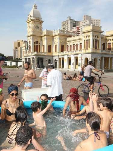 22 de setembro - Populares se refrescam do calor em piscinas infláveis na cidade de Belo Horizonte, onde a temperatura chegou a33ºC