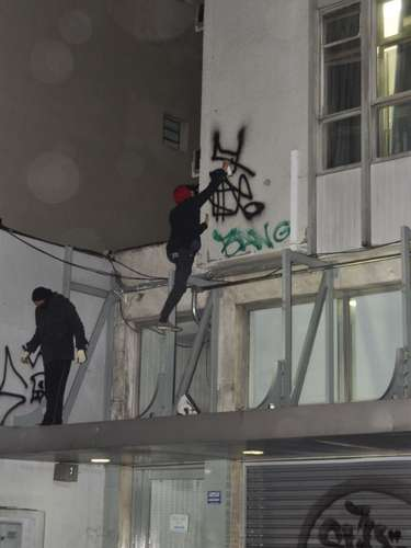 26 de julho - Mascarados picham prédio ao longo do protesto