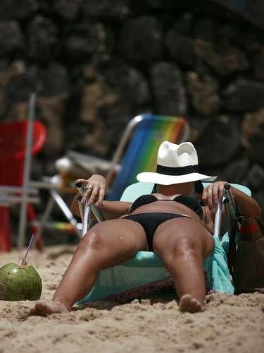 13 de novembro - Praia Porto da Barra, em Salvador (BA), teve grande movimentação de banhistas nesta quarta-feira
