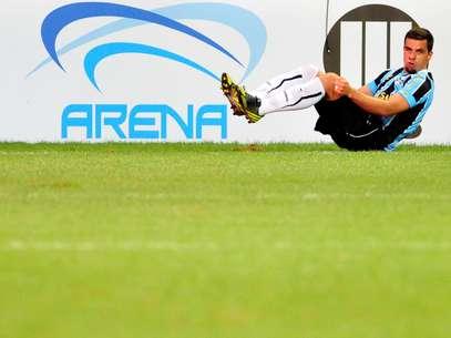 """Após o gol marcado, o primeiro da história do estádio, André Lima imitou """"pulinhos"""" de algoz do rival Internacional Foto: Ricardo Rímoli / Agência Lance"""
