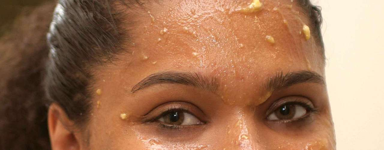 Máscara facial de babosa e banana promove hidratação da pele e, ainda, tem propriedades naturais antibacterianas e anti-inflamatórias que acalmam a cútis e diminuem a acne