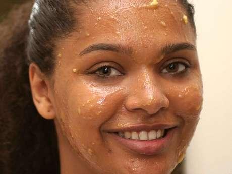 Máscara facial de babosa e banana promove hidratação da pele e, ainda, tem propriedades naturais antibacterianas e anti-inflamatórias que acalmam a cútis e diminuem a acne Foto: Gis Ciasca / Agência Hélice